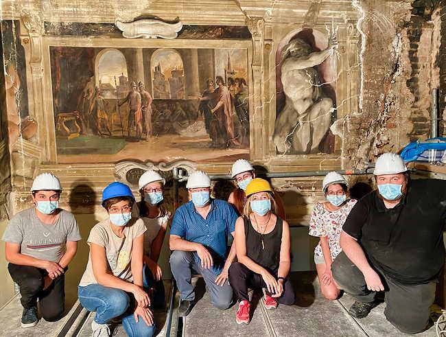 Equipe Unibo pose devant oeuvres murales du Guerchin au Palais Provincial de Cento